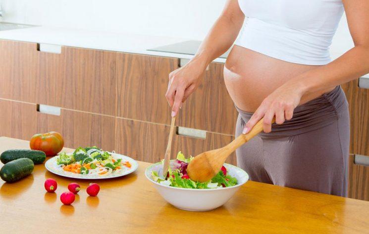 mẹ bầu cần bổ sung đầy đủ sắt và axit folic trong suốt thai kỳ