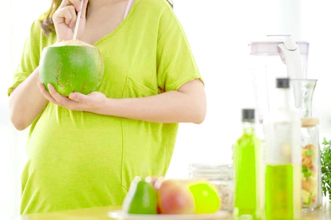 Nhau thai bám thấp có nên uống nước dừa?